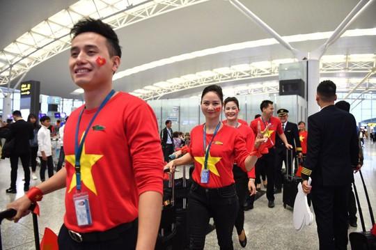 CĐV nhuộm đỏ 6 chuyến bay sang Malaysia tiếp lửa tuyển Việt Nam - Ảnh 7.