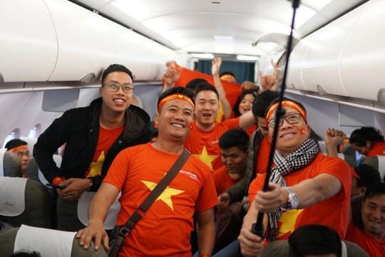 CĐV nhuộm đỏ 6 chuyến bay sang Malaysia tiếp lửa tuyển Việt Nam - Ảnh 15.