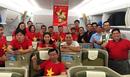 CĐV nhuộm đỏ 6 chuyến bay sang Malaysia tiếp lửa tuyển Việt Nam - Ảnh 17.