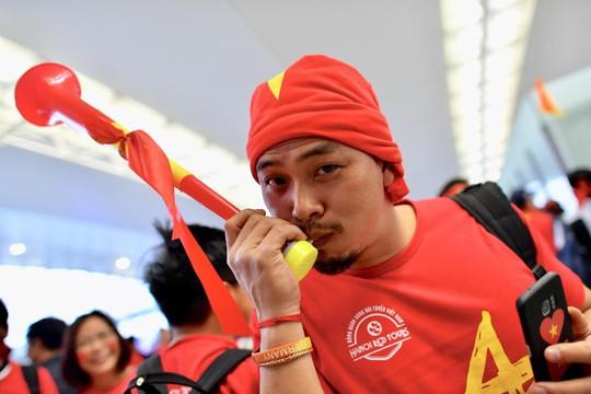 CĐV nhuộm đỏ 6 chuyến bay sang Malaysia tiếp lửa tuyển Việt Nam - Ảnh 20.