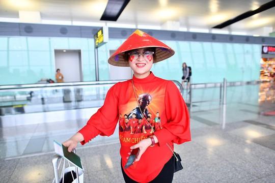 CĐV nhuộm đỏ 6 chuyến bay sang Malaysia tiếp lửa tuyển Việt Nam - Ảnh 11.