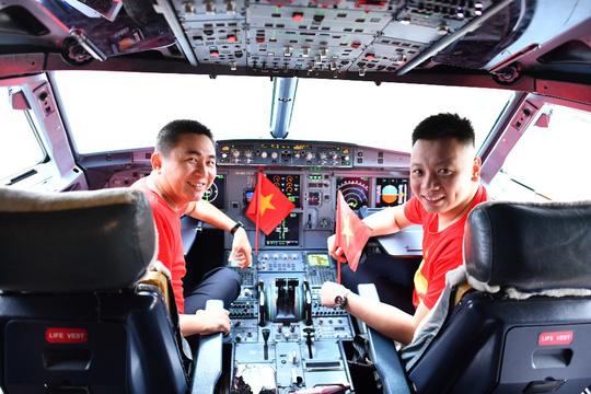 CĐV nhuộm đỏ 6 chuyến bay sang Malaysia tiếp lửa tuyển Việt Nam - Ảnh 19.