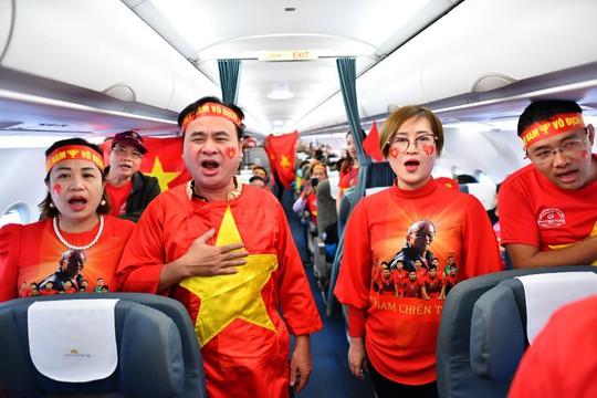 CĐV nhuộm đỏ 6 chuyến bay sang Malaysia tiếp lửa tuyển Việt Nam - Ảnh 22.