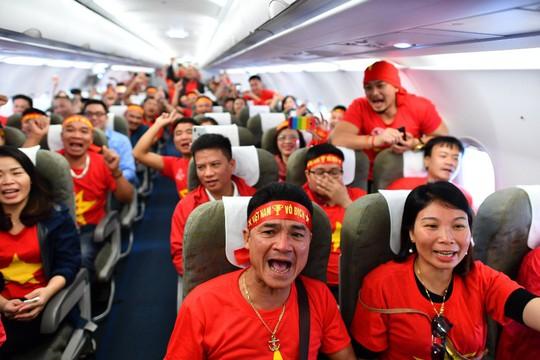 CĐV nhuộm đỏ 6 chuyến bay sang Malaysia tiếp lửa tuyển Việt Nam - Ảnh 23.