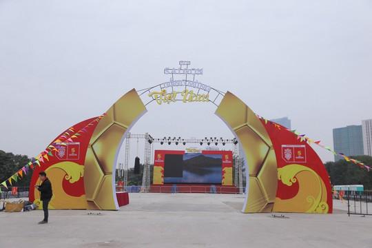 CĐV tập trung quanh sân Mỹ Đình từ sáng sớm cổ vũ tuyển Việt Nam - Ảnh 10.