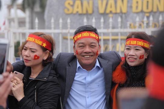 CĐV tập trung quanh sân Mỹ Đình từ sáng sớm cổ vũ tuyển Việt Nam - Ảnh 2.