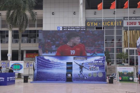CĐV tập trung quanh sân Mỹ Đình từ sáng sớm cổ vũ tuyển Việt Nam - Ảnh 9.