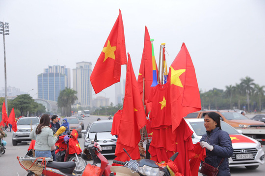 CĐV tập trung quanh sân Mỹ Đình từ sáng sớm cổ vũ tuyển Việt Nam - Ảnh 3.