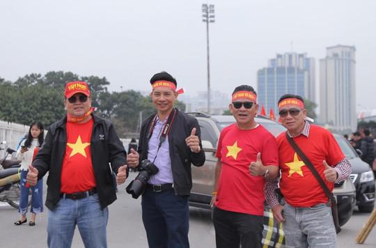 CĐV tập trung quanh sân Mỹ Đình từ sáng sớm cổ vũ tuyển Việt Nam - Ảnh 4.