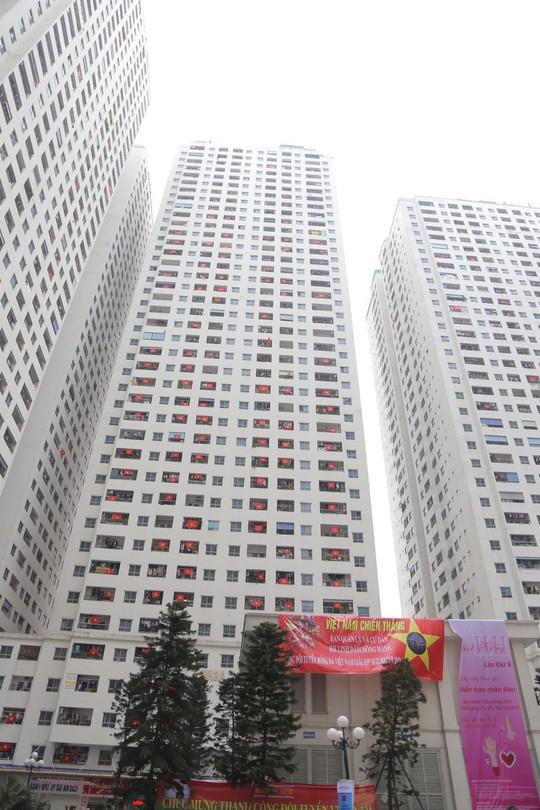 Cờ Tổ quốc nhuộm đỏ chung cư Linh Đàm cổ vũ tuyển Việt Nam quyết đấu Malaysia - Ảnh 9.