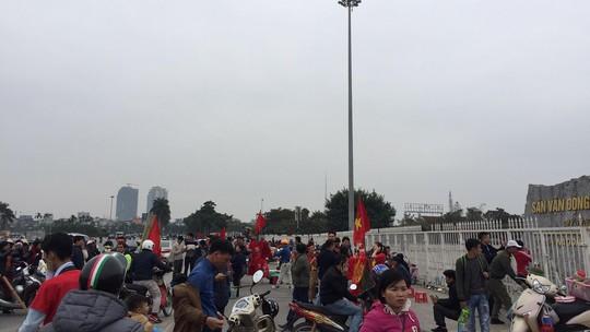 CĐV tập trung quanh sân Mỹ Đình từ sáng sớm cổ vũ tuyển Việt Nam - Ảnh 6.