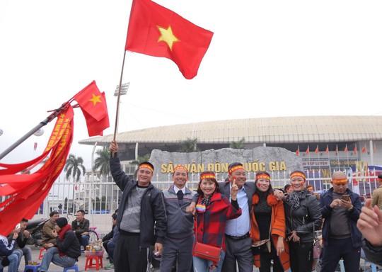 CĐV tập trung quanh sân Mỹ Đình từ sáng sớm cổ vũ tuyển Việt Nam - Ảnh 7.