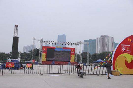 CĐV tập trung quanh sân Mỹ Đình từ sáng sớm cổ vũ tuyển Việt Nam - Ảnh 8.