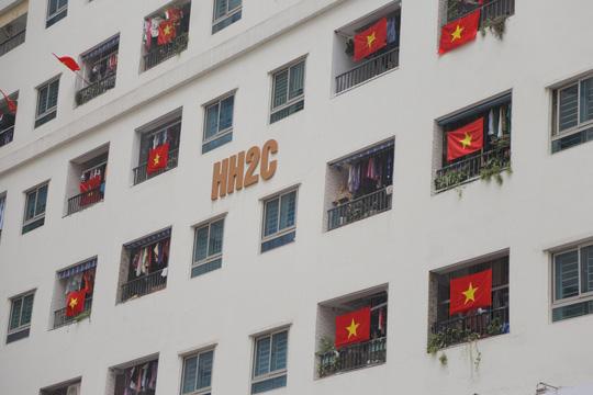 Cờ Tổ quốc nhuộm đỏ chung cư Linh Đàm cổ vũ tuyển Việt Nam quyết đấu Malaysia - Ảnh 14.