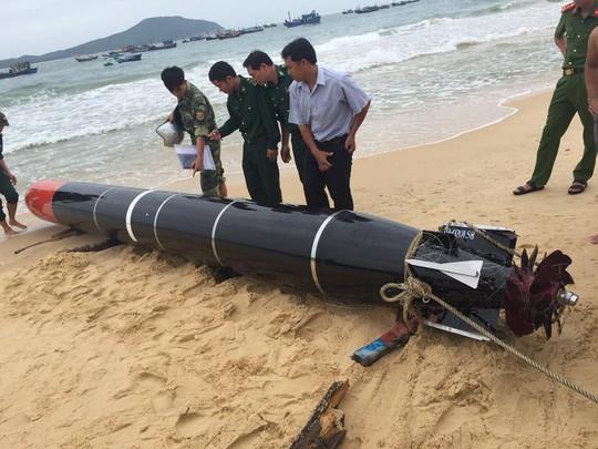 Ngư dân vớt được vật thể lạ có chữ Trung Quốc nghi ngư lôi - Ảnh 1.