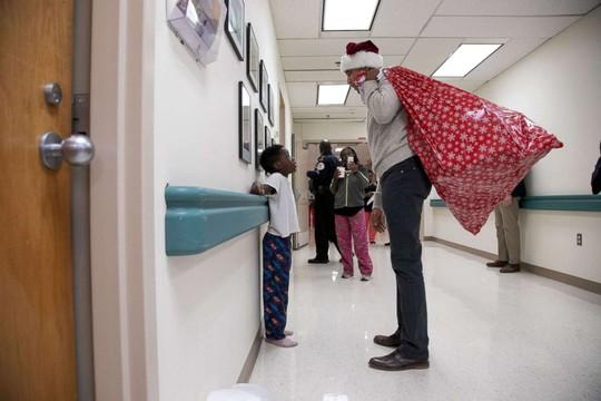 """""""Ông già Noel"""" Obama đội mũ đỏ, khệ nệ vác túi quà to - Ảnh 2."""