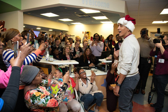 """""""Ông già Noel"""" Obama đội mũ đỏ, khệ nệ vác túi quà to - Ảnh 6."""
