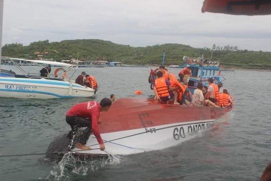 Lật tàu du lịch ở Nha Trang, ít nhất 2 người chết đuối - Ảnh 1.