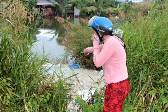 """Dân """"phát điên"""" vì cá chết bị vứt bừa bãi gây ô nhiễm môi trường - Ảnh 1."""