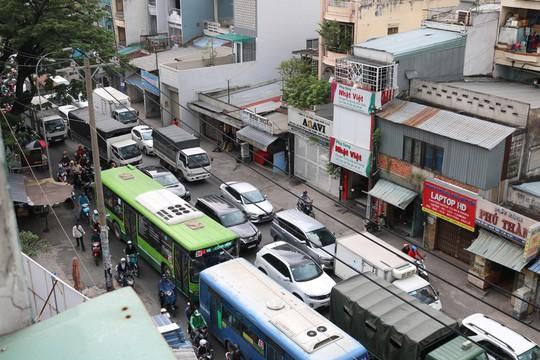 Đông nghẹt người đi nghỉ Tết Dương lịch, nhiều tuyến đường TP HCM kẹt cứng - Ảnh 1.