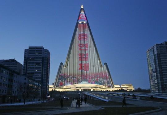 Khách sạn không người cao nhất thế giới thắp sáng niềm kiêu hãnh Triều Tiên - Ảnh 2.