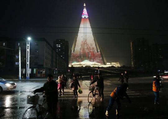 Khách sạn không người cao nhất thế giới thắp sáng niềm kiêu hãnh Triều Tiên - Ảnh 1.