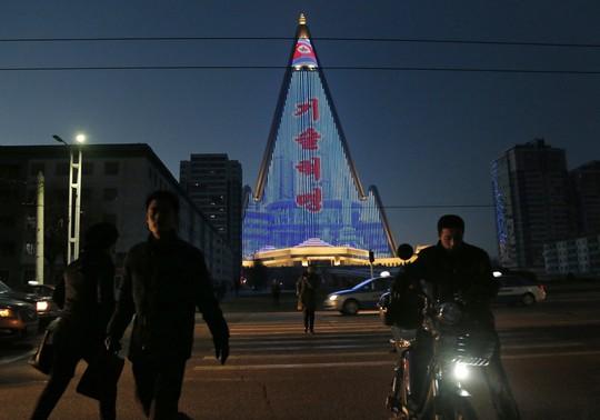Khách sạn không người cao nhất thế giới thắp sáng niềm kiêu hãnh Triều Tiên - Ảnh 3.