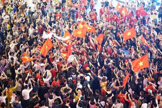 Người dân cả nước xuống đường mừng Việt Nam vào chung kết - Ảnh 3.