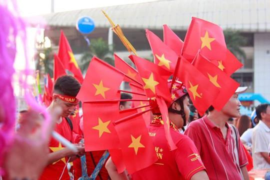 Sân Mỹ Đình nhuộm đỏ, nóng rực trước trận Việt Nam-Philippines - Ảnh 8.