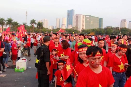 Sân Mỹ Đình nhuộm đỏ, nóng rực trước trận Việt Nam-Philippines - Ảnh 9.