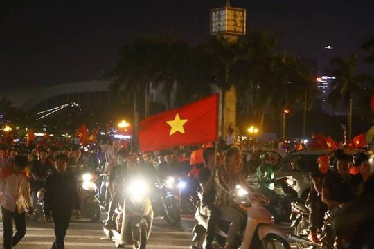 Người dân cả nước xuống đường mừng Việt Nam vào chung kết - Ảnh 7.