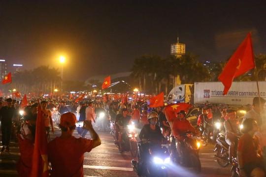 Người dân cả nước xuống đường mừng Việt Nam vào chung kết - Ảnh 9.