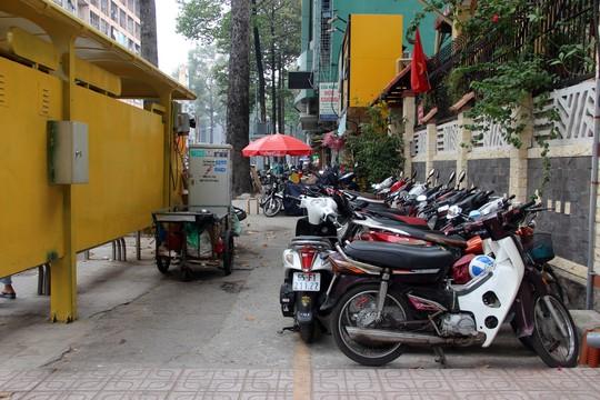 TP HCM: Nhiều bãi giữ xe vẫn trơ gan trên vỉa hè - Ảnh 11.