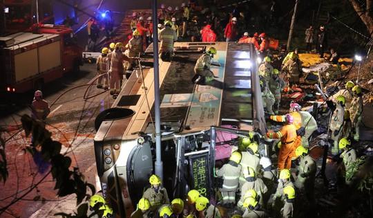 Xe buýt 2 tầng bị lật, 19 người thiệt mạng - Ảnh 1.