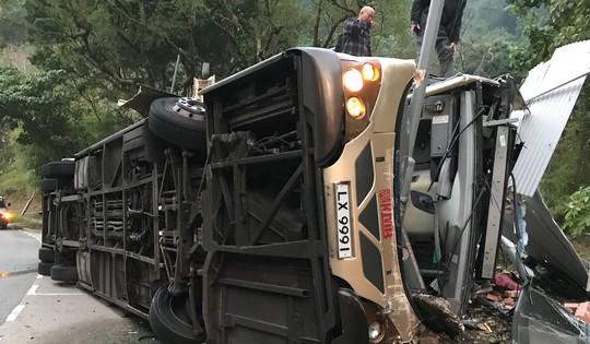 Xe buýt 2 tầng bị lật, 19 người thiệt mạng - Ảnh 3.