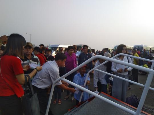 Bến tàu, bến phà ở Phú Quốc chật kín người về quê ăn Tết - Ảnh 4.
