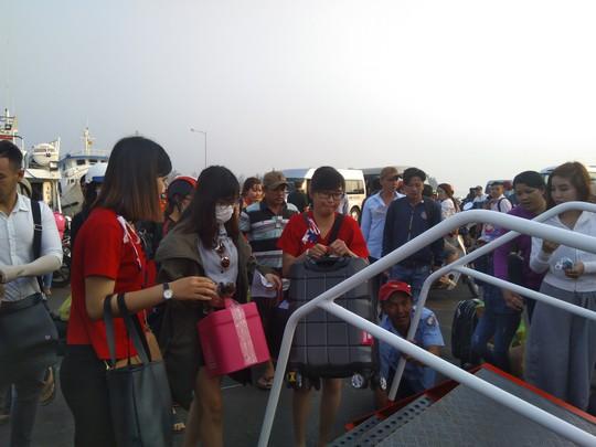 Bến tàu, bến phà ở Phú Quốc chật kín người về quê ăn Tết - Ảnh 6.