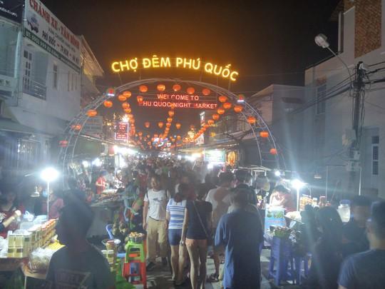 """Chợ đêm Phú Quốc suýt """"thất thủ"""" vì lượng khách quá đông - Ảnh 1."""