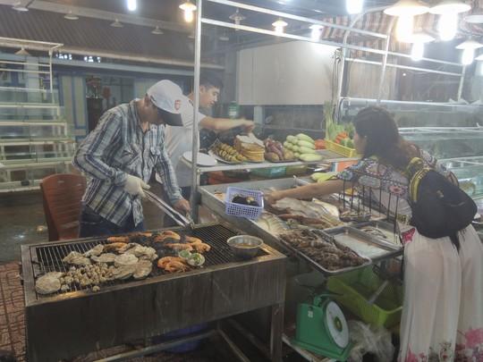 """Chợ đêm Phú Quốc suýt """"thất thủ"""" vì lượng khách quá đông - Ảnh 2."""
