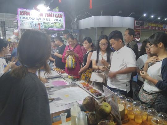 """Chợ đêm Phú Quốc suýt """"thất thủ"""" vì lượng khách quá đông - Ảnh 3."""
