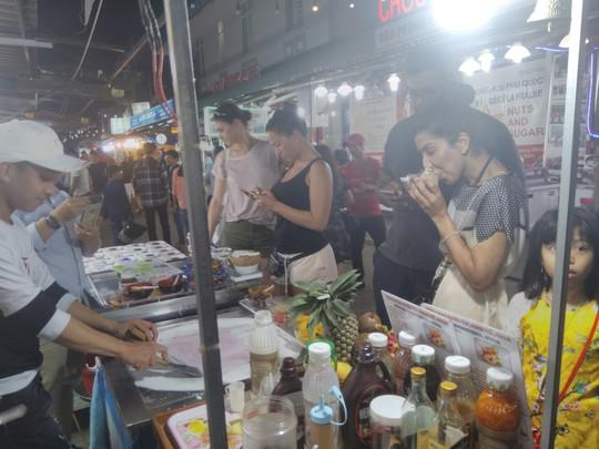 """Chợ đêm Phú Quốc suýt """"thất thủ"""" vì lượng khách quá đông - Ảnh 4."""