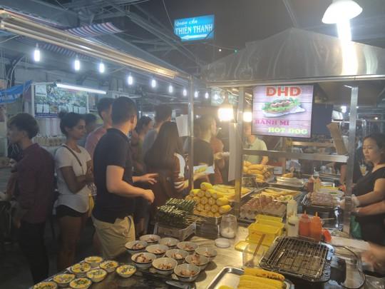 """Chợ đêm Phú Quốc suýt """"thất thủ"""" vì lượng khách quá đông - Ảnh 5."""