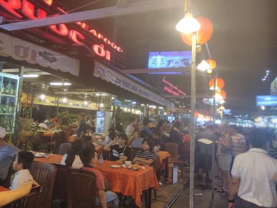 """Chợ đêm Phú Quốc suýt """"thất thủ"""" vì lượng khách quá đông - Ảnh 6."""