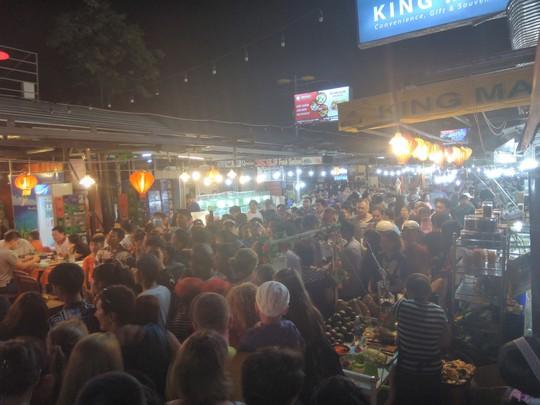 """Chợ đêm Phú Quốc suýt """"thất thủ"""" vì lượng khách quá đông - Ảnh 7."""