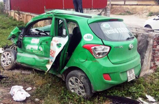Tàu hỏa tông xe taxi Mai Linh, tài xế tử vong trong xe - Ảnh 1.