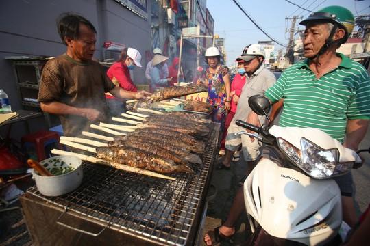 Dân TP HCM hào hứng mua cá lóc nướng vía thần tài - Ảnh 13.