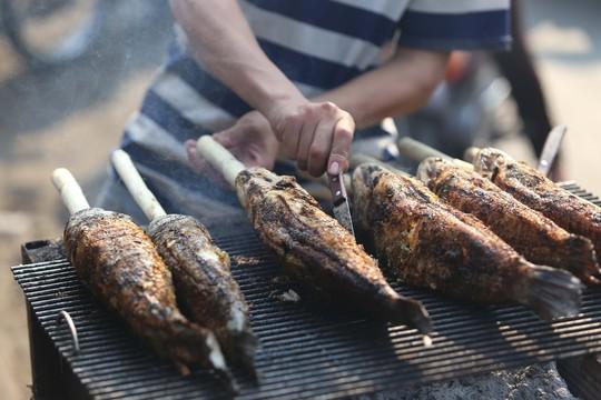 Dân TP HCM hào hứng mua cá lóc nướng vía thần tài - Ảnh 5.