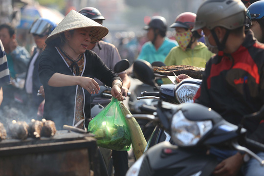 Dân TP HCM hào hứng mua cá lóc nướng vía thần tài - Ảnh 7.