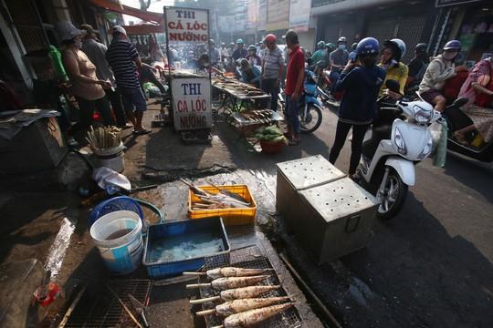 Dân TP HCM hào hứng mua cá lóc nướng vía thần tài - Ảnh 9.