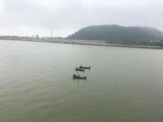 Để lại điện thoại, lọ thuốc trừ sâu trên cầu, người phụ nữ nhảy xuống sông Lam - Ảnh 1.